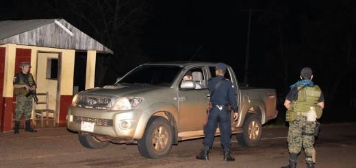 Agentes de la Policía Nacional verificando documentos