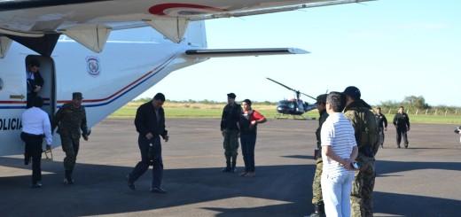 Ministro arriba en el aeropuerto de Concepción.