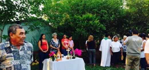Familiares y vecinos participando de la misa