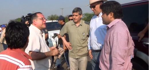 El ministro conversando con los responsables del primer tramo