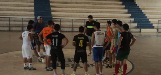FOTO: Jugadores de Concepción escuchando la primera charla técnica de Gregorio Escobar y Miguel Ocampos.