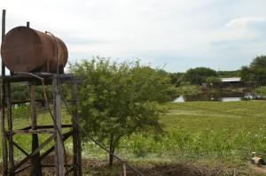 Directo. En antiguos recipientes los moradores almacenan el líquido que traen, sin tratar, por cañerías desde el riacho.