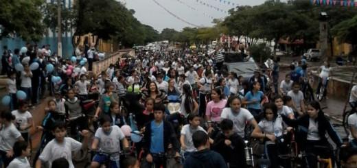 Pese a la lluvia los alumnos estuvieron presentes/Foto Facebook Gabriela Cabrera