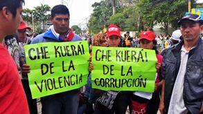 Presencia de gente que protesta contra el Gobierno.