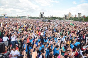 Esta multitud de jóvenes disfrutó la exposición del Papa.