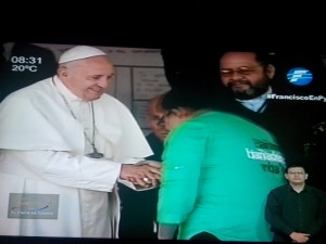 Papa saluda a representante del Bañado. Foto de Telefuturo