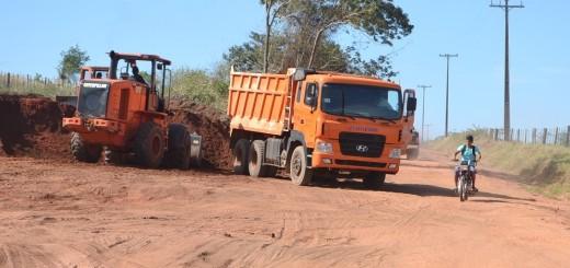 Arreglo. Estas máquinas del MOPC se encuentran haciendo una reparación del tramo que será pavimentado en breve.