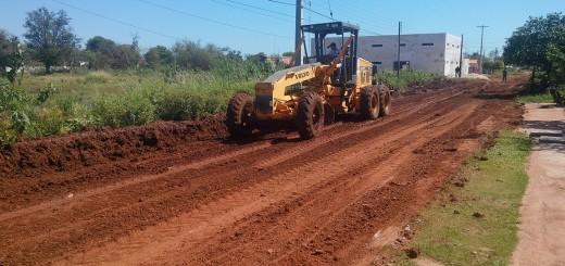 Arreglo. El tractor de la Municipalidad de Concepción trabaja en el mejoramiento de la calle Sargento Pirelli.