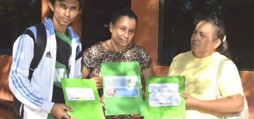 Miembros de la Comisión de Saneamiento muestran los documentos/Freddy Rojas