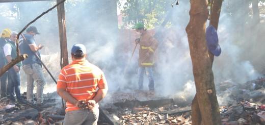 En ruinas. Reducida a cenizas quedó la casa de los menores en un barrio de Concepción.