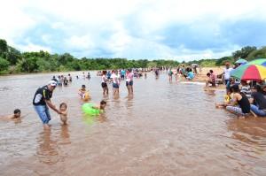 Disfrute. En Paso Barreto la afluencia de veraneantes siempre fue considerable. Acuden a disfrutar de las aguas del río Aquidabán ante tanto calor.