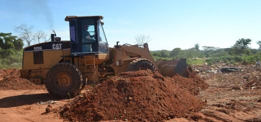 Actualización. Máquinas colocan las capas de arena buscando adecuar el sitio a las normas.