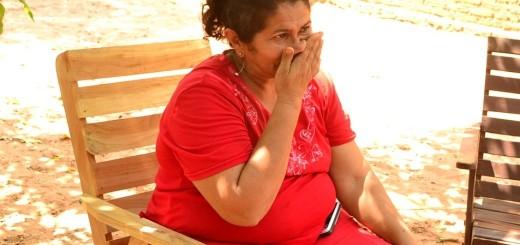 Desconsolada. Doña Obdulia recibe el apoyo de un familiar del secuestrado Félix Urbieta.