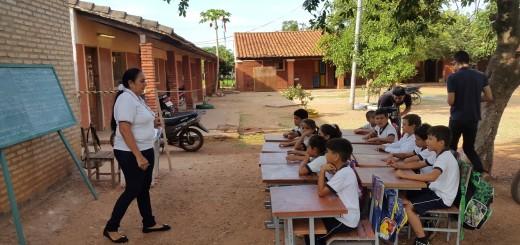 Postal. A meses del inicio del año lectivo, ver a niños dar clase bajo árboles es casi normal.