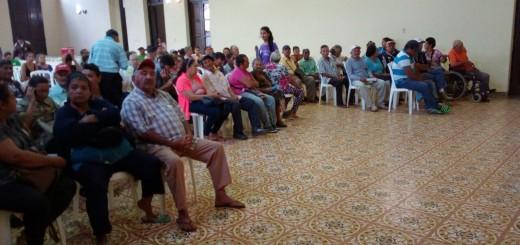 Adultos mayores esperando- Foto RR
