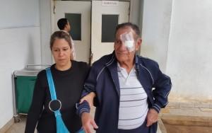 Uno de los pacientes sale de cirugía
