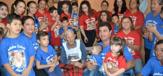 Adhesión. Don Ladislao y familiares, con camisetas alusivas.