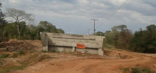 Así está la obra en el puente Kurey. Nunca avanzó.