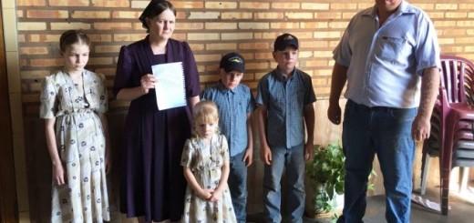 Angustiados. Ágatha Fehr, esposa de Abrahán, junto a sus hijos, pide datos del colono.