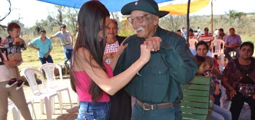 Don Ramón baila con una de las nietas