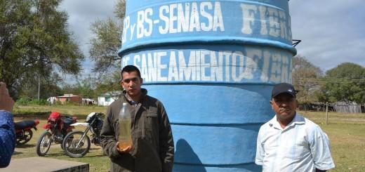 Uno de los dirigentes exhibe el agua que consume la población.