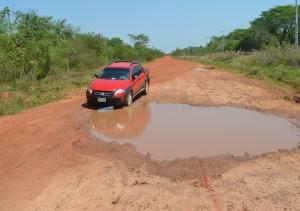 Deformación. Así está la ruta en el km 14, con el terraplén totalmente deteriorado. Afecta a 20 comunidades rurales.