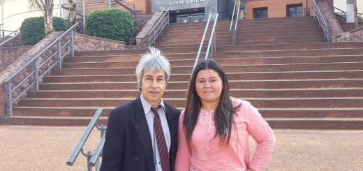 Flora Aranda posa con su abogado tras la audiencia