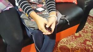 La nena muestra cómo colocó las manos para alzar el tejido.