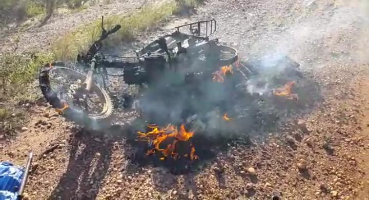 La motocicleta incendiada
