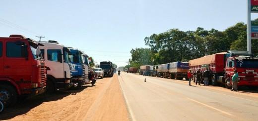 unos-70-camiones-estan-apostados-al-costado-de-la-ruta-iii-a-la-altura-de-santa-rosa-del-aguaray-ayer-_765_573_1366004