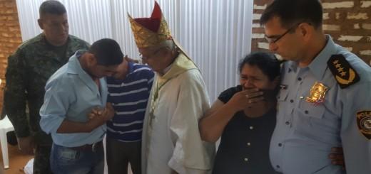 Consuelo. Los comandantes y el obispo, con los padres.