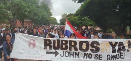 Marcha por las calles con apoyo de otra institución escolar