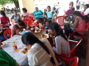 Los niños disfrutaron de un rico almuerzo