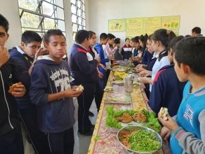 Producción propia. Los estudiantes saborean los alimentos preparados por sus compas.