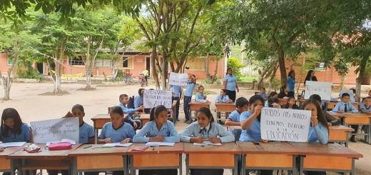 Precariedad. 100 alumnos, obligados a estudiar bajo árboles.